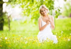 femme-dans-un-champs-de-fleurs